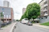 Ulica wzdłuż budynku